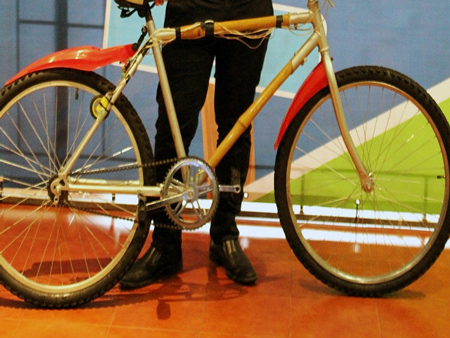 دراجة من الخيزران تعيد شحن الهواتف المحمولة