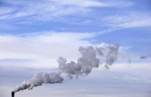 مدخنة في منطقة صناعية بشمال انجلترا - ارشيف رويترز