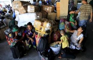 مسافرون عالقون بمحطة للحافلات في مانيلا بالفلبين التي تترقب اعصارا يوم  السبت. تصوير: روميو رانوكو - رويترز