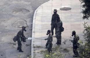 جنود صينيون يرتدون اقنعة بموقع انفجاري تيانجين يوم الاحد. تصوير: جايسون لي -رويترز
