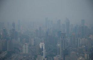 ضباب دخاني يغطي منطقة في شنغهاي بالصين يوم 28 يوليو تموز 2016. تصوير: آلي سونج - رويترز.